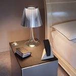 Тумбочка с ламой у кровати