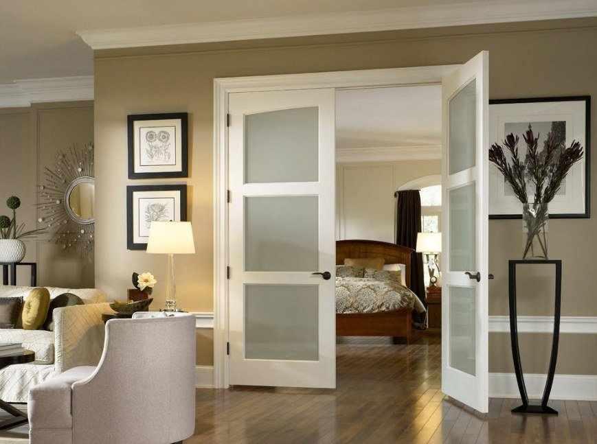 Сочетание светлых дверей со стенами в интерьере