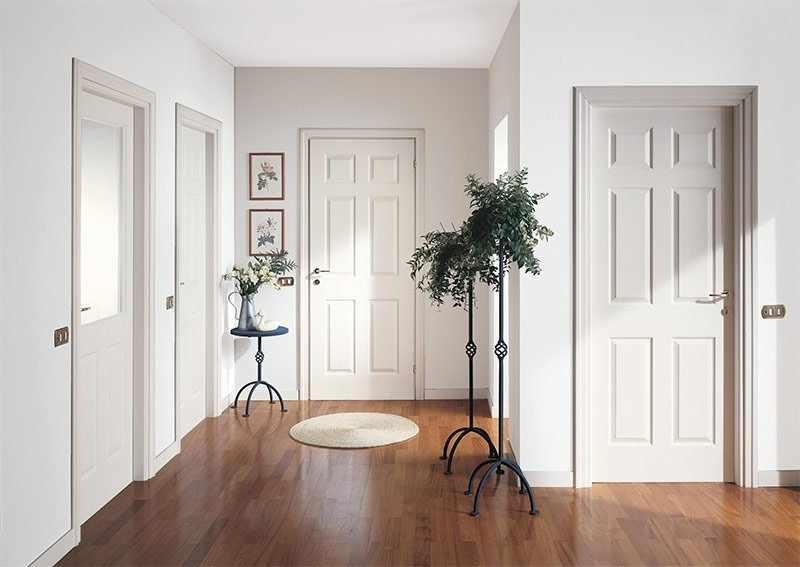 Сочетание светлых дверей, стен и пола в интерьере