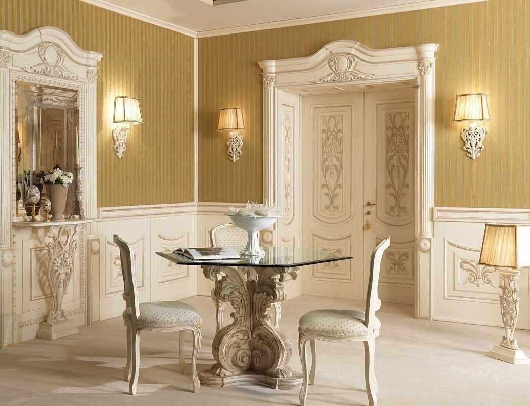 Интерьер в классическом стиле с белой дверью