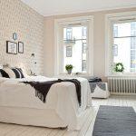 Серый половик на белом полу у кровати