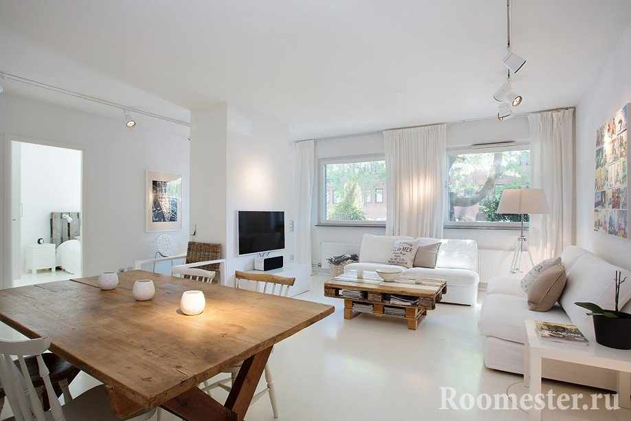 Деревянные столы в белой комнате