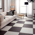 Пол в коричнево-белый квадрат в гостиной