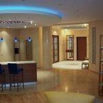 Выделение кухонной зоны подсветкой и разными напольными покрытиями