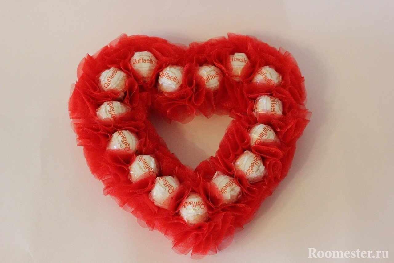 Сердце из банта и конфет