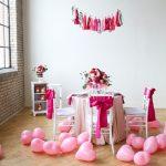 Праздничный стол и воздушные шары на полу