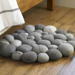 Коврик из камней у кровати