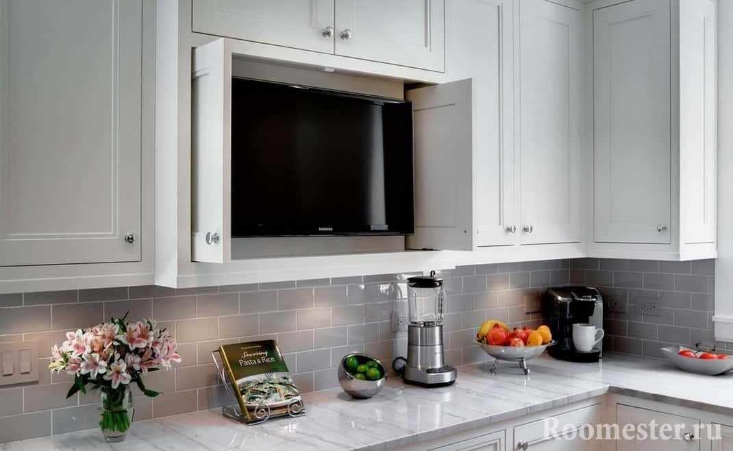 Телевизор в полке кухонного шкафа