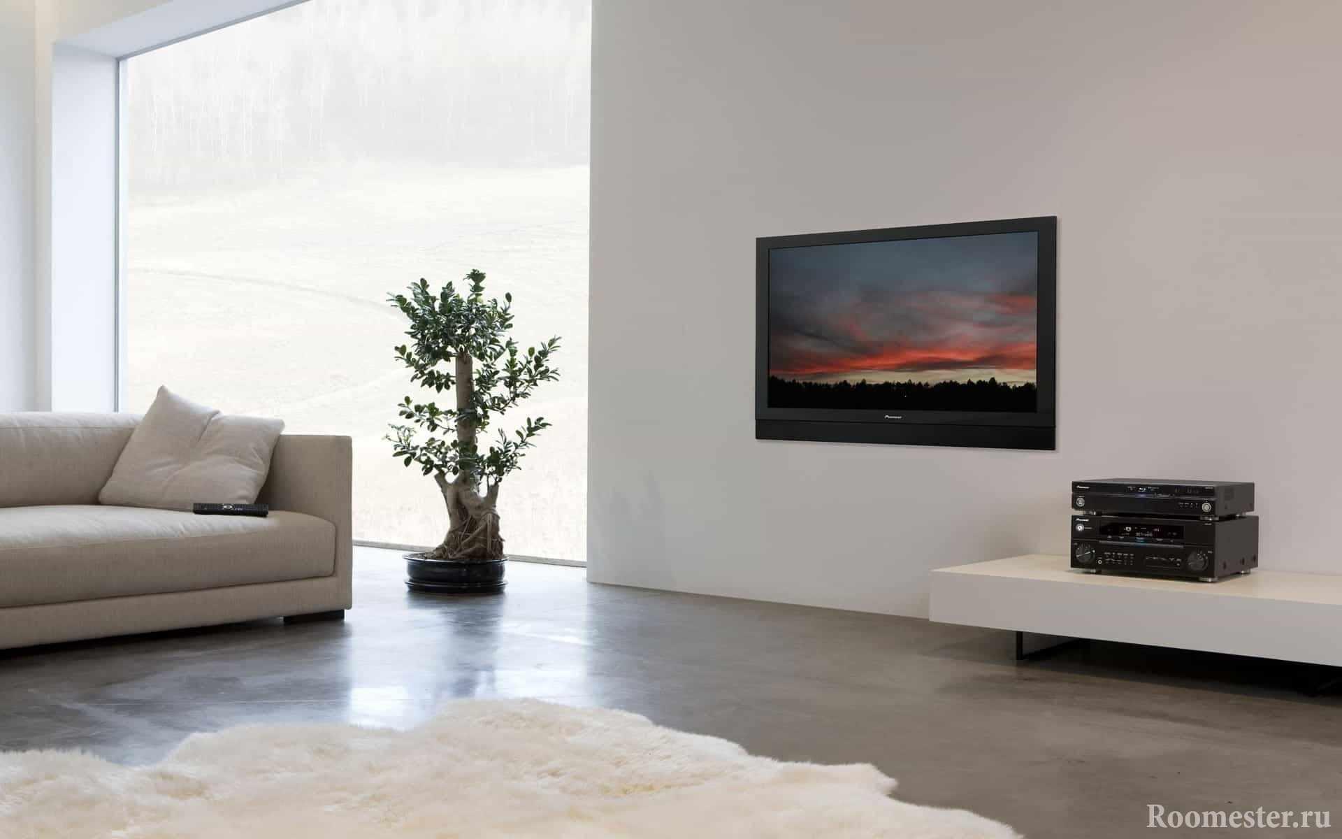 ТВ на белой стене в гостиной