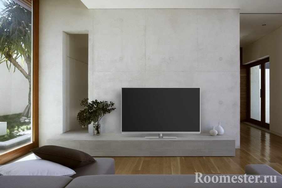 ТВ на продолжении стены