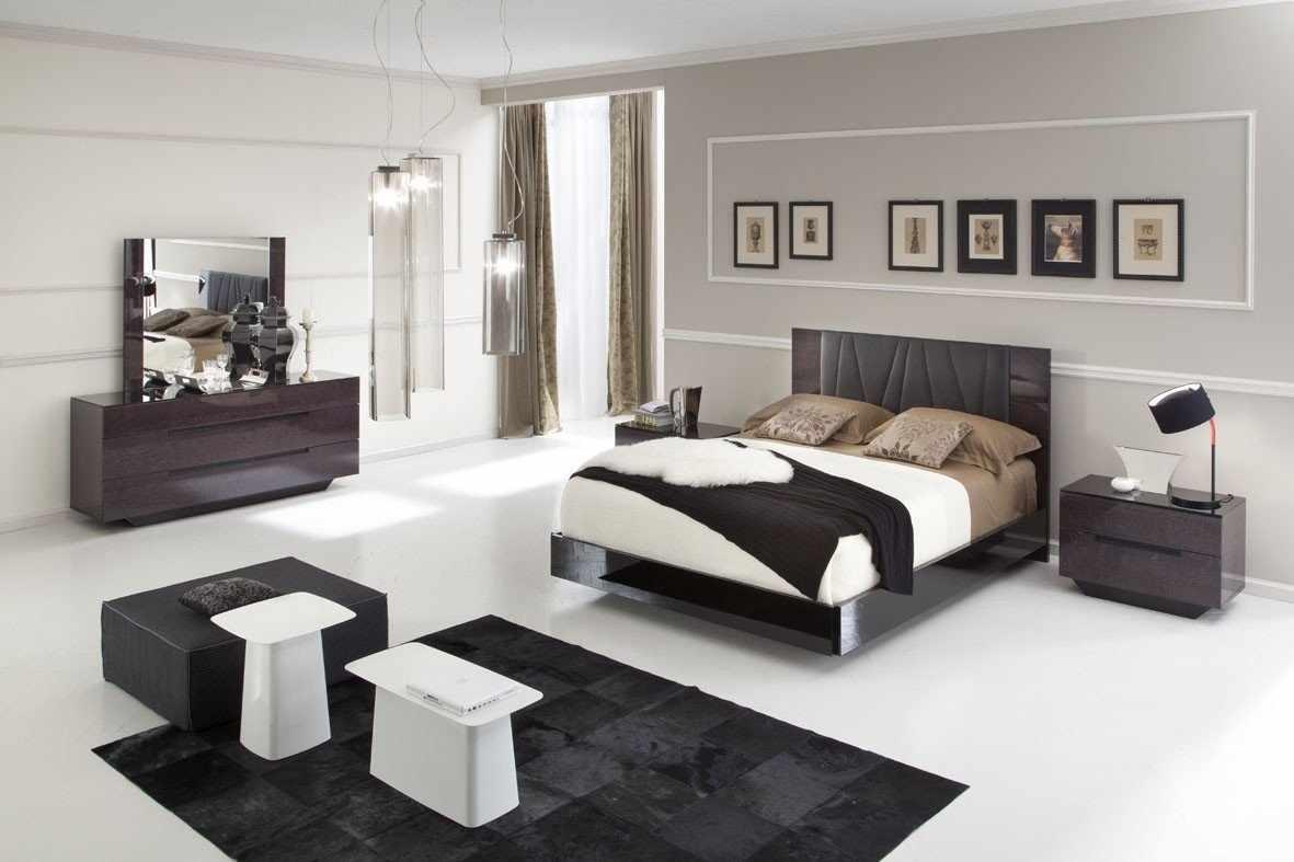 Светлый пол и темная мебель в спальне