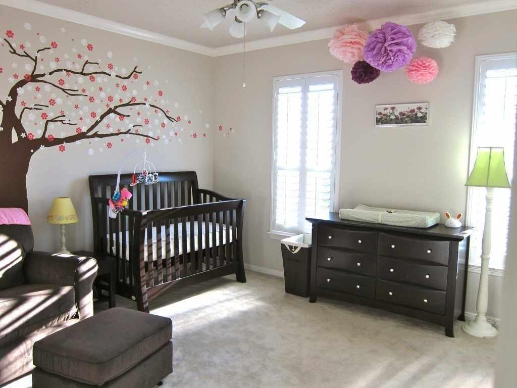 Мебель из темного дерева в детской комнате