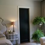 Черная дверь в современной спальне