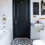 Черная дверь в ванной комнате