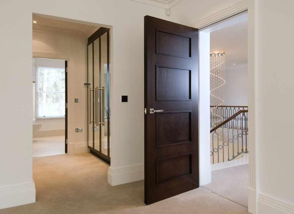 Простая дверь из дерева в комнату