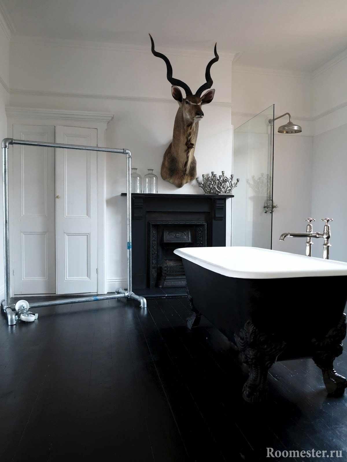 Ванная комната с черной плиткой на полу
