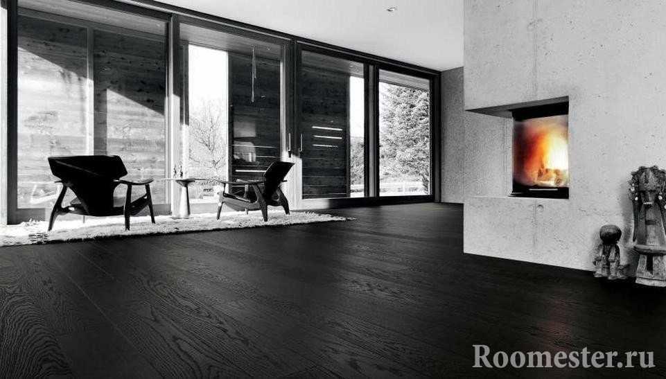 Черный ламинат в гостиной с камином
