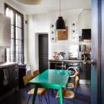 Маленькая кухня-столовая с темным полом