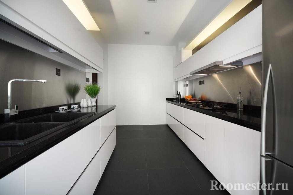 Узкая и длинная белая кухня с черным полом