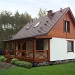 Дом с цоколем из камня