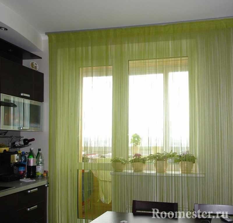 Салатовые занавески на балконной двери