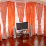 Оранжевые занавески в зале