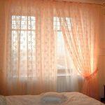 Розовые занавески в спальне