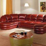 Бардовый диван в светлой комнате