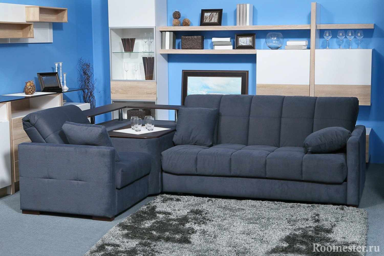 Серый диван в синей комнате