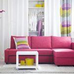 Фиолетовый диван в интерьере белой комнаты