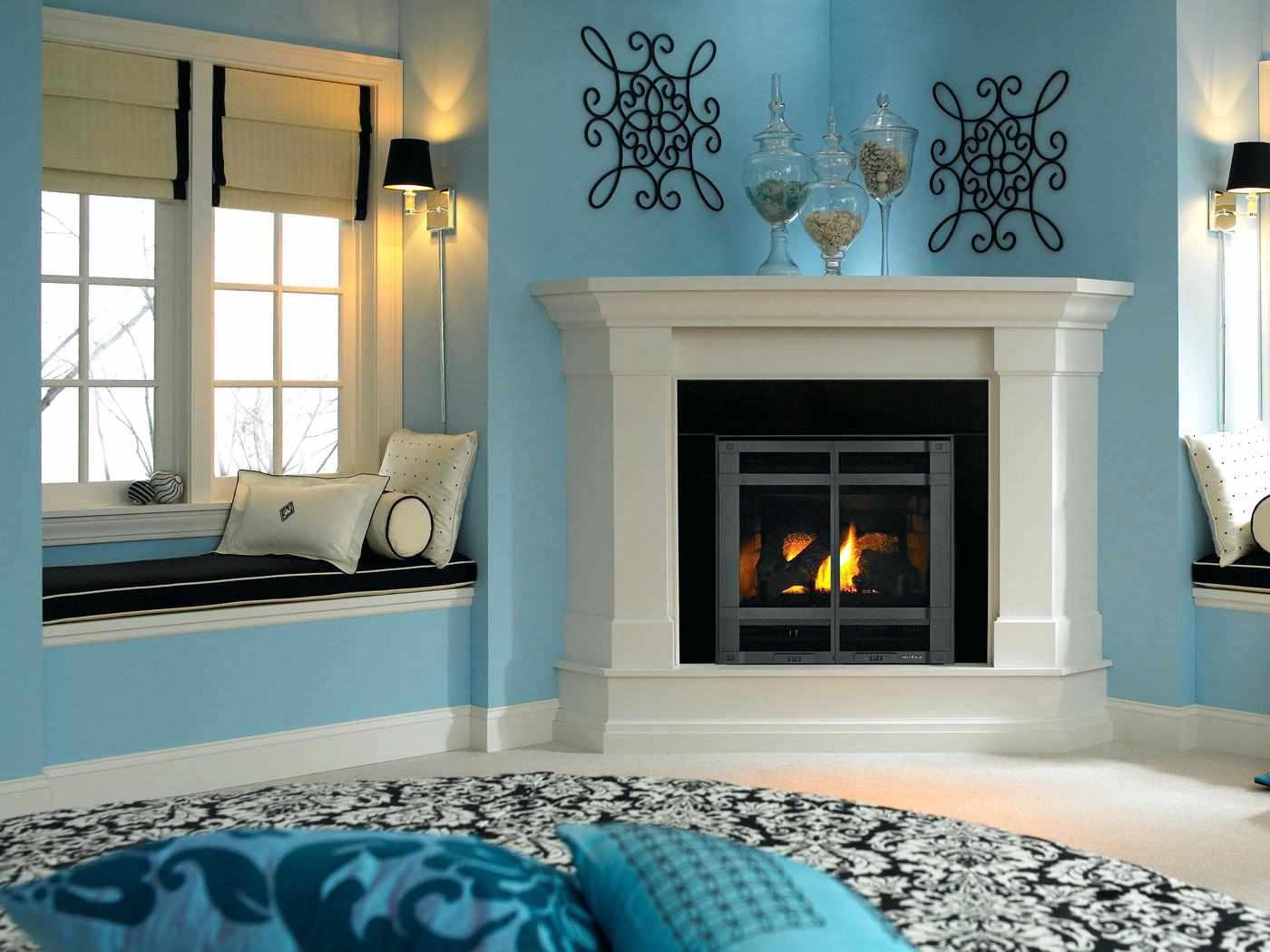 Голубой интерьер с белым угловым камином