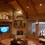 Потолок из дерева в гостиной