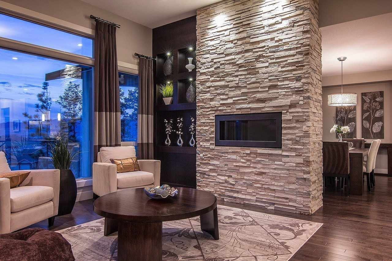 Интерьер с камнем на стене