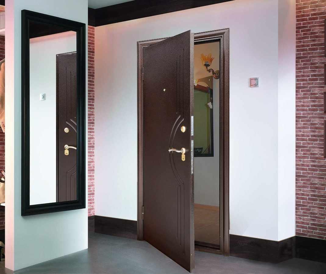 Железная дверь в жилом помещении