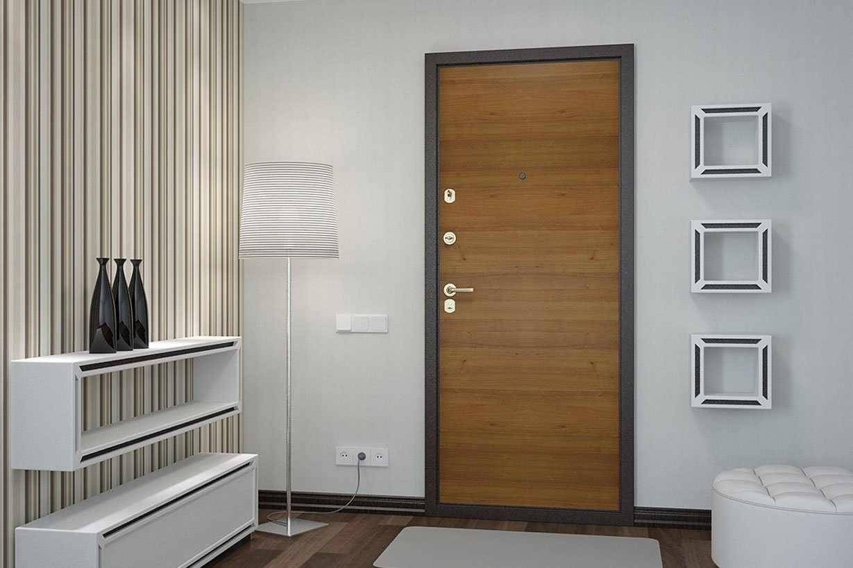 Дверной проем с металлической дверью