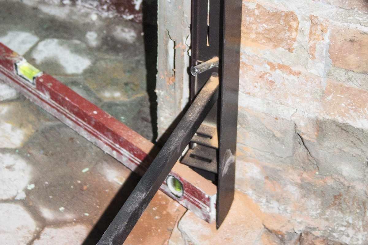 Установка железной двери в кирпичную стену