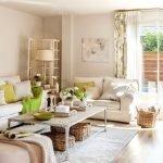 Гостиная с мягкой мебелью и журнальным столиком