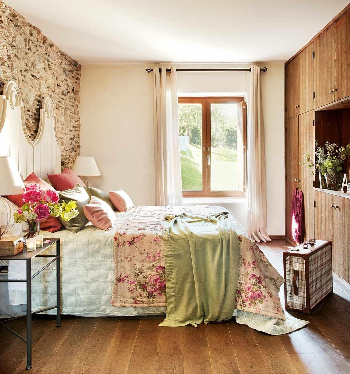 Яркие подушки на кровати в спальне