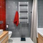 Сочетание красной и серой плитки в ванной