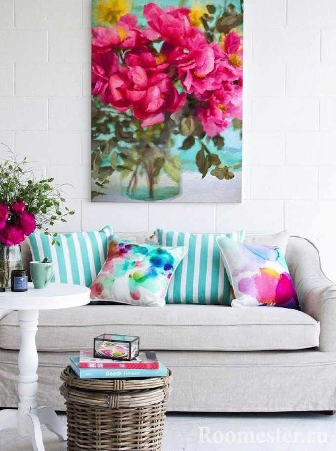 Картина с цветами в гостиной