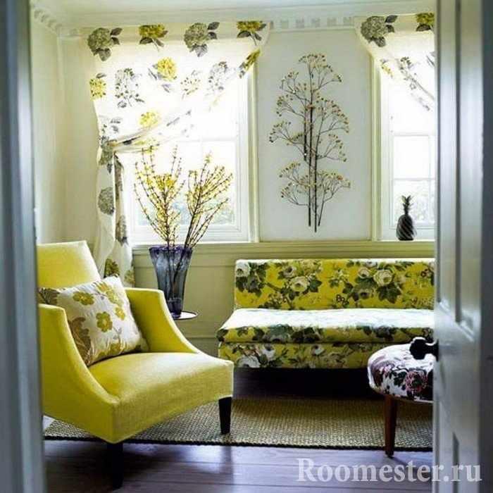Сухоцветы в вазе и на стене