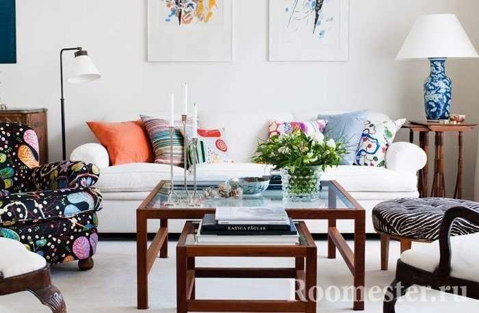 Ваза с цветами для гостиной на журнальный столик