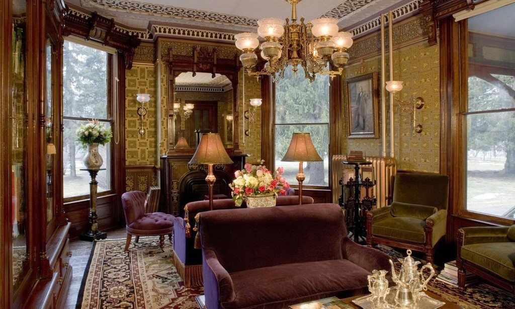 Большие окна в интерьере в викторианском стиле