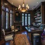 Стол посередине кабинета