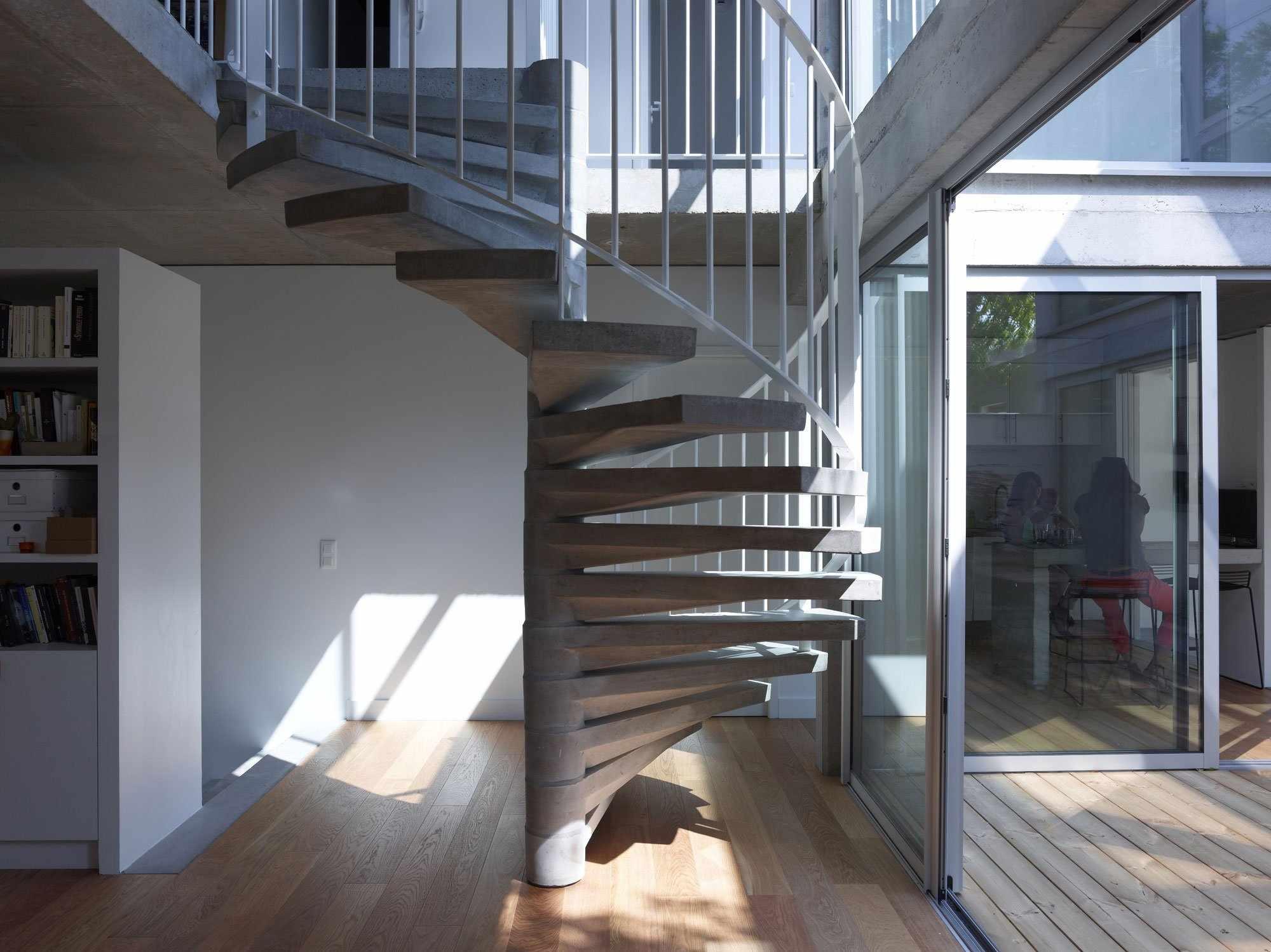 Винтовая лестница из бетона и металла в интерьере
