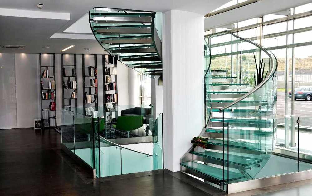 Винтовая лестница из стекла в интерьере