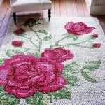 Ковер с розами на полу