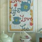Чашки и чайник на столе