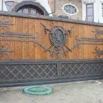 Ворота кованные деревянные