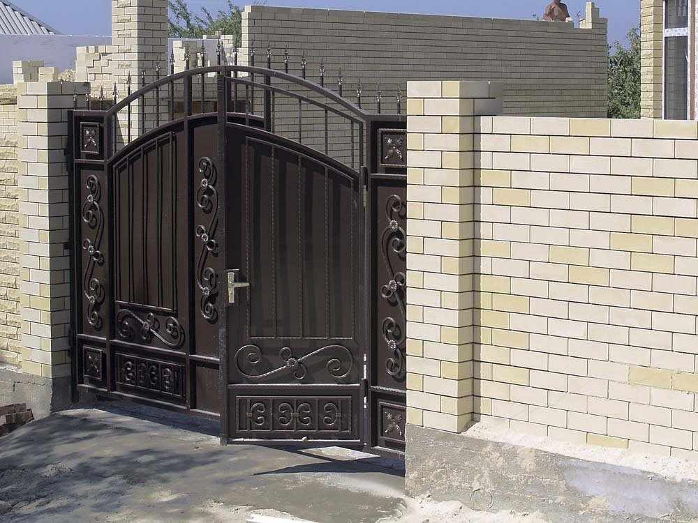 Ворота распашного типа с калиткой